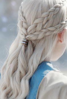 Die schönsten Frisuren trägt Daenerys Targaryen in Game of Thrones ... Diese hier ist gar nicht so schwer nachzumachen! Flechte dir einfach zwei Zöpfe auf jeder Seite und bringe sie hinten zusammen - am besten mit einem hübschen Haaraccessoire! Hair style of Daenerys Targaryen in GoT / Braid Style / Braids | Stylefeed