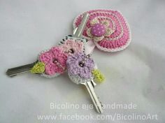 Crochet flower key covers ༺✿ƬⱤღ✿༻ - inspiration only Crochet Home, Love Crochet, Crochet Gifts, Beautiful Crochet, Crochet Flowers, Knit Crochet, Crochet Keychain, Crochet Bookmarks, Crochet Motifs