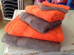Éponge unie 550gr/m2 8 couleurs chatoyantes et à mettre en duo dans votre salle de bain ( couleur de madame et couleur de monsieur par exemple).  Rouge vermillon et ébène   Écureuil et châtaigne   Marine et ciel  Rose et gris  Des prix très attractifs avec un joli coton qualitatif.  Le drap de douche est à 18€, la serviette de toilette est à 9.50€ et le gant est à 2€. #royan #garrigueetocean