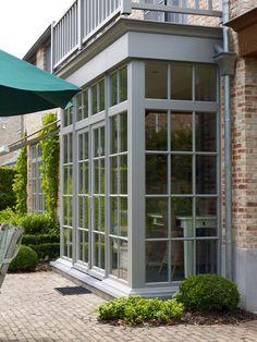 Nostalgische, landelijke charme en een deftige, statige uitstraling, een 'natuurlijke statigheid'… dat maakt de stijlvolle pastorijwoning zo apart en elegant. Verrassende combinaties van bepleistering en rijkelijk geschakeerd metselwerk, het typische raam- en deurwerk, de koele weelde van blauwe hardsteen, kortom een elegante combinatie van natuurlijkheid en stijl wordt harmonieus gecombineerd met modern comfort. Deze stijlvolle … Garden Room Extensions, House Extensions, House Extension Design, House Design, Bay Window Exterior, Sunroom Addition, Facade House, Villa, Windows And Doors