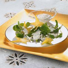 Ein knackiger Salat mit Rucola und Sternfrucht als Vorspeise zum Weihnachtsessen