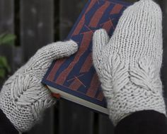Olla mittens : Winter Thinking of making these into fingerless mitts. Love the leaf design. Knit Mittens, Knitted Gloves, Knitting Patterns Free, Free Knitting, Free Pattern, Knitting Magazine, How To Purl Knit, Knitting Accessories, Knit Or Crochet