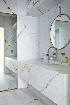 GREY AND MARBLE | 79 Ideas Con un espejo que ocupe toda la pared, y doble lavabo.