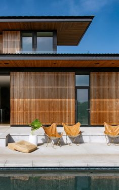 Overhanging roofs shade outdoor areas of cedar-clad Seaside Reef House Casas California, California Homes, Indoor Outdoor Living, Outdoor Areas, Outdoor Patios, Outdoor Rooms, Sleeper Wall, External Cladding, Cedar Boards