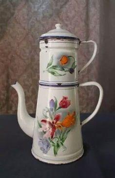 Vintage Painted enamelware Vintage Coffee, Vintage Tea, Vintage Decor, Vintage Enamelware, Vintage Kitchenware, Enamel Dishes, Enamel Ware, Service Assiette, Shabby Chic Accessories
