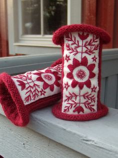 Wristwarmers due historical Brita Kajsa Karlsdotter, Swedish woman living in Storsele village in Anundsjö parish late 1800. Her embroideries became known as the Anundsjö technique.