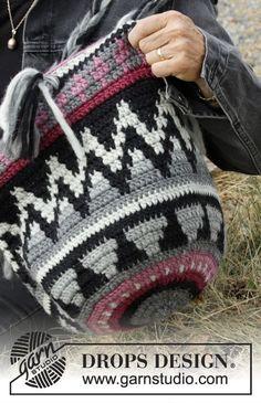 Crochet Bags Designs Pueblo / DROPS - Crochet bag with colored pattern.The piece is worked in DROPS Eskimo. Crochet Handbags, Crochet Purses, Crochet Bags, Crochet Shell Stitch, Crochet Stitches, Crochet Gratis, Free Crochet, Mochila Crochet, Magazine Drops