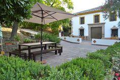 Auf den Säulen eines alten Casa de Campo erbaut und im Juni 2007 komplett renoviert, beeindruckt dieses Landgut mit rustikalem Charme in idyllischer Umgebung. Die beiden zweistöckigen Gebäude liegen inmitten eines bewässerten Obstgartens von 20.000 m² Fläche. Patio, Juni, Outdoor Decor, Home Decor, Cottage, Glamour, Shared Rooms, Fruit Garden, Andalusia