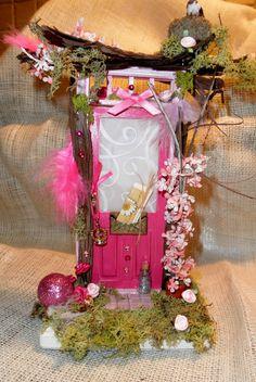 I want to create a fairy corner in my yard....Beautiful little fairy door!