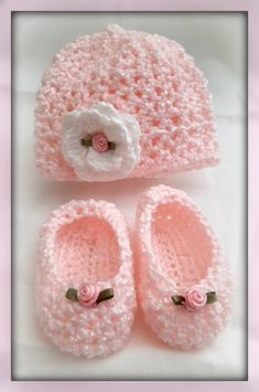 Newborn Crochet Patterns Crocheted Newborn Hat and Slippers from www. Crochet Baby Clothes, Crochet Baby Shoes, Baby Blanket Crochet, Crocheted Baby Hats, Newborn Crochet Hat Girl, Easy Crochet Slippers, Crochet Baby Bonnet, Crochet Baby Beanie, Kids Slippers