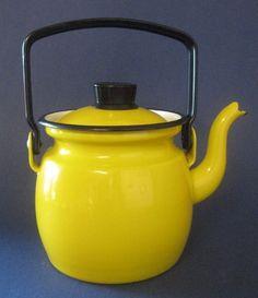 Piękny czajnik z zaparzaczem do herbaty albo bez. Mały, musi być nieprzeźroczysty i piękny.