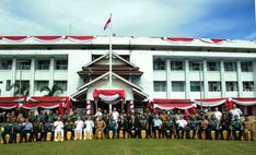 Foto Bersama Plt Gubernur Bengkulu Rohidin Mersyah dengan seluruh peserta dan tamu undangan Pasific Partnership 2018 usai upacara.