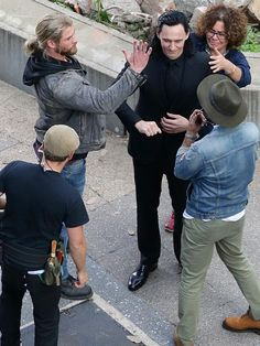 "Tom Hiddleston as ""Loki"" (with Chris Hemsworth) with director Taika Waititi (on the right) on the set of ""Thor : Ragnarok"" in Brisbane, Australia, August 2016 From http://tw.weibo.com/torilla/4059821072178517"