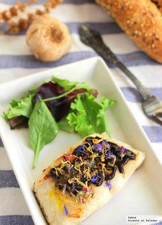 Receta de merluza con salsa de ajo negro y flores http://www.directoalpaladar.com/recetas-de-pescados-y-mariscos/receta-de-merluza-con-salsa-de-ajo-negro-y-flores