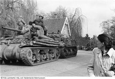 Engelse/Canadese tanks in Bornestraat, Almelo (1945)