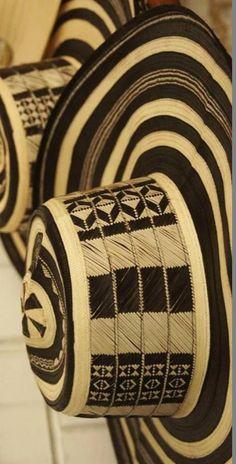 Colombia - El sombrero vueltiao es una prenda de vestir típica de las sabanas de Córdoba, Sucre y Bolívar, y una de las principales piezas de artesanía de Colombia.
