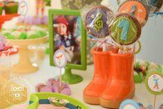 A dupla Palavra Cantada, sucesso entre os pequenos, foi a inspiração da vez para a decoradora Anna Maron produzir uma festa infantil incrível. Além do bolo