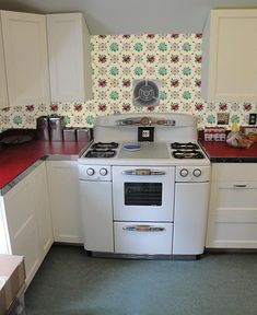Deb wants our help with her Retro Design Dilemma - Retro Renovation Vintage Kitchen Appliances, 1940s Kitchen, Kitchen Stove, Red Kitchen, Kitchen Decor, Kitchen Ideas, Kitchen Backsplash, Backsplash Ideas, Kitchen Flooring