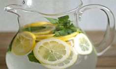 Lemon Water with Fresh Mint - Eat Yourself Skinny Cucumber Detox Water, Lemon Mint Water, Fresh Mint, Water Recipes, Detox Recipes, Lemon Water In The Morning, Control Cravings, Drinking Lemon Water, Juice Recipes