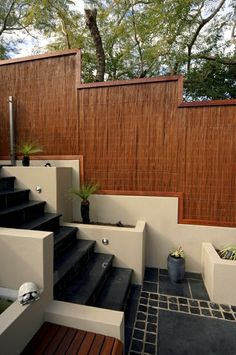 Find inspiration for modern - into the article, we will give you an overview of the types of privacy fence and garden wall. Screening fence - materials and Modern Fence, Modern Design, Garden Wall, Modern Garden, Stone Tile Flooring, Pergola Plans Design, Pergola Attached To House, Bamboo Privacy, Small Pergola