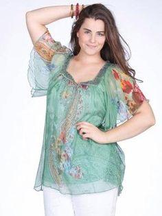 También hay blusas con mangas mariposa, confeccionada en gasa floreada. Un diseño ligero, fresco y suave a la vez.