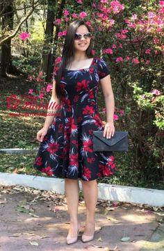 Vestido de Viscose com floral , acabamento e costura no tom. Tamanhos: 38 ao 42Cor: Unica Modelo:Vestido evaseMaterial:ViscoseFoto realizada com tamanho: P