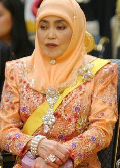 Queen Saleha of Brunei Darussalam~ again, accessorizing