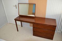 Deze kaptafel is gemaakt door Jentique-Furniture ltd naar Deens design.  Jentique is een merk van meubilair gemaakt door Jentique meubilair Ltd., opgericht in de jaren 1930 door de bekende toymaker Geoffrey Bowman Jenkins en zijn vrouw Edith. Het bedrijf was gevestigd in Dereham, Norfolk.