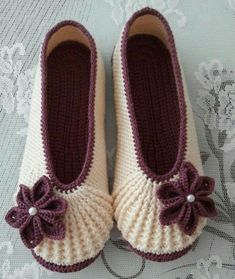 Video: How to knit babette booties? Video: How to knit babette booties? Crochet Baby Jacket, Crochet Baby Shoes, Cute Crochet, Beautiful Crochet, Crochet Clothes, Knit Crochet, Crochet Slipper Pattern, Crochet Slippers, Crochet Patterns
