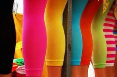 LEGGINS:  Sotto le magliette larghe? Gonne, certo, anche. Ma anche jeans, a vita alta e senza fronzoli, magari un po' strappati, sulle ginocchia per le più tranquille, sotto il sedere per le ragazze più ribelli. A farla da padrone era però il leggins, o come si chiamavano al tempo i fuseaux, un po' pantaloni e un po' calze, che lasciavano e lasciano ben poco all'immaginazione per via del loro vestire più che aderente. I colori? Potete immaginarli: verdi, azzurri, ma soprattutto fluorescenti.