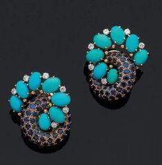 René Boivin, Paire de clips d'oreilles en or jaune deux anneaux enlacés, l'un entièrement serti de saphirs, l'autre de turquoises et brillants