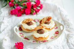 Pätkis-karamelleilta maistuvat laskiaispullat vievät kielen mennessään, niin hyviä ne ovat! Maku on täytteessä ja karamellit on vaivattu mantelimassan joukkoon. Pyöritä hauskat isohkot pallot ja laita näyttävästi pullan väliin yhdessä kermavaahdon kanssa. Voit halutessasi koristella pätkispallot vaikkapa syötävällä kimalteella. Eating Well, Feel Better, Feel Good, Cheesecake, Pudding, Pallot, Baking, Desserts, Food