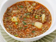 LENTEJAS A LA JARDINERA Aceite de oliva, 1 ajo, 1 cebolla, 300 g de lentejas, 1 pimiento verde, 1/2 puerro, 1 tomate, 1 patata, 1 zanahoria, sal, vinagre. Cómo se hace Corta las verduras en rodajas o en dados muy finos, ponlas en una cazuela con aceite y saltéalas a fuego suave durante 3 minutos. Añade un litro de agua, escurre las lentejas, échalas en la cazuela y remuévelo todo bien. Sala al gusto y deja cocer el guiso a fuego suave durante una hora y media. Ve añadiendo agua si el guiso