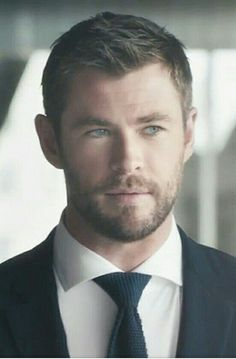 Chris Hemsworth, I love the expressiveness of his eyes in this shot.