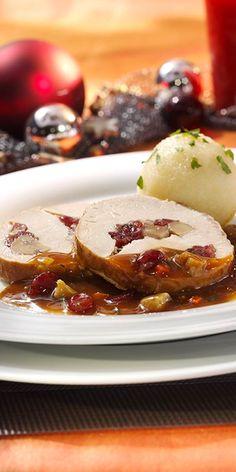 Der gefüllte Weihnachtsschweinebraten mit saftigen Knödeln und einer würzigen Bratensauce ist für ein schönes Familien-Adventsessen genau das richtige.