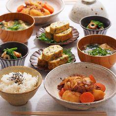 2015/10/28 水 #晩ごはん ・ ✳︎肉じゃが ✳︎ほうれん草とちくわの胡麻和え ✳︎卵焼き (ひじき、しらす、豆苗入り) ✳︎大根のお味噌汁 ・ でした☺️ ・ コメントお返しお休みします いつもありがとうございます☺️ ・ Japanese Dinner, Japanese Food, Bento, Healthy Menu, Healthy Recipes, Spa Food, Mindful Eating, Food Design, Food Presentation