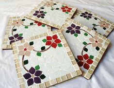 Jogo com 5 unidades de descanso de panela. Mede 18x18 cm cada. Mosaic Tray, Mosaic Tile Art, Mosaic Artwork, Mosaic Crafts, Mosaic Projects, Mosaic Glass, Glass Art, Mosaic Designs, Mosaic Patterns
