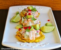 These traditional Patacones topped with a delicious shrimp and avocado salad are very easy to prepare and ideal to serve as a delicious snack at any time of the Fun Easy Recipes, Snack Recipes, Cooking Recipes, Snacks, Yummy Recipes, My Colombian Recipes, Colombian Cuisine, Goya Recipe, Plantain Recipes