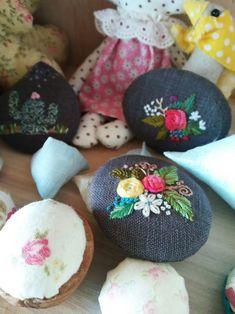가벼운 브로치 만들기 : 네이버 블로그 Crochet Flower Patterns, Crochet Flowers, Beaded Brooch, Hand Embroidery, Stitch, Elsa, Diy Ideas, Handmade, Modern Embroidery