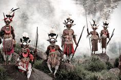 Goroka, Indonesia e Papua Nuova Guinea (photo by Jimmy Nelson) Tribes Of The World, We Are The World, People Of The World, Papua Nova Guiné, Martin Schoeller, Jimmy Nelson, Indigenous Tribes, Mysterious Places, Portraits