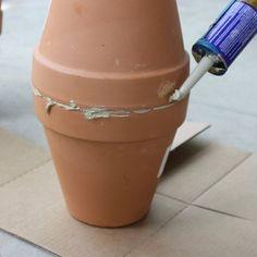 Een oeroude slimme oplossing die het verdient om herontdekt te worden: de olla. Een effectieve én zuinige manier om je planten water te geven. Garden Care, My Secret Garden, Farm Gardens, Urban Farming, Clay Pots, Kraut, Dream Garden, Vegetable Garden, Gardening Tips