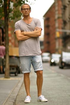The I-am-good-looking-and-therefore-my-outfit-rocks outfit streetstyle lazy sunday look fashion men Streetwear Shorts, Streetwear Summer, Streetwear Mode, Streetwear Fashion, Mens Fashion Blog, Mens Fashion Suits, Look Fashion, Summer Outfits Men, Street Wear
