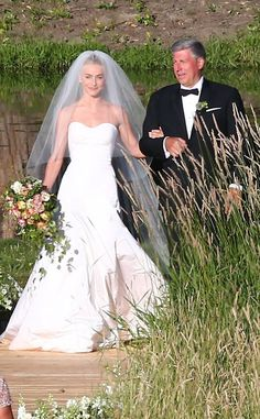 <p>The bride and groom arrive to their ceremony in style. </p>