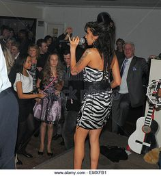 27.NOV.2009. LONDON POP DIVA AMY WINEHOUSE JOINS HER TAXI DRIVER DAD MITCHELL TO…