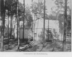 Schwarz-Weiß-Foto: Gebäude mit Zentralheizung