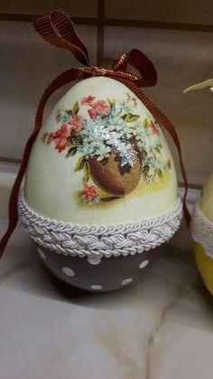 Easter Bunny, Easter Eggs, Christmas Time, Christmas Bulbs, Barn Wood Crafts, Wine Bottle Art, Egg Art, Decoupage, Diy And Crafts