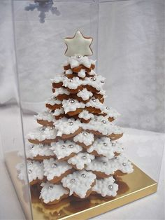 Cookievonster 2009 White Winter Gingerbread Cookie Tree is part of Christmas desserts - Cookievonster Design Design also comes in Lime green or Pink Gingerbread Christmas Decor, Christmas Deserts, Christmas Tree Cookies, Xmas Cookies, Christmas Goodies, Cupcake Cookies, Christmas Baking, Gingerbread Cookies, Pink Christmas