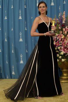 Os 10 vestidos mais icônicos do Oscar através dos tempos #oscar #vestidolongo #oscarparty #redcarpet #tapetevermelho #celebs #famosas #celebridades #moda #estilo #fashion #fashionblog #modamujer #modafeminina #modafesta #juliaroberts
