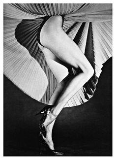 Horst P. Horst  Horst P. Horst (nacido Horst Paul Albert Bohrmann) nació en 1906 en Weissenfels, Alemania. Su carrera en la fotografía comenzó cuando conoció el fotógrafo George Hoyningen-Huene, y en 1931 ya estaba fotografiando para la revista Vogue francesa. El trabajo de Horst P. Horst ha sido exhibida en museos de Nueva York, Londres y Colonia