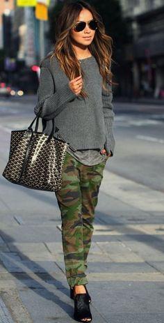 Девушка в крутых, камуфляжных шьанах и свитере в стиле милитари
